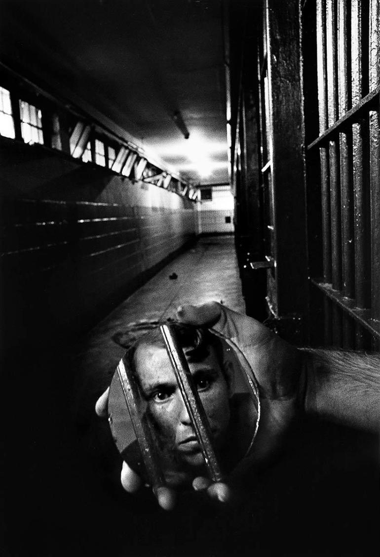 Sean-Kernan-prisoner with mirror-film